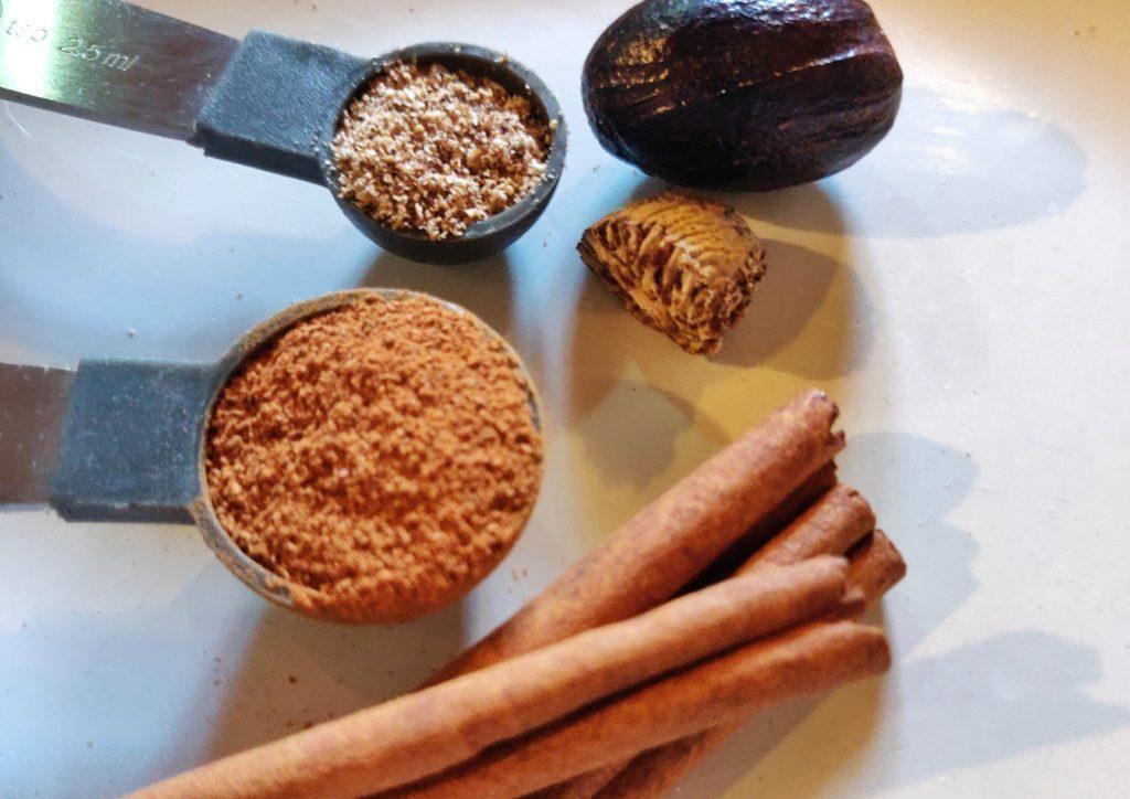Cinnamon and nutmeg spices for the papaya banana pie
